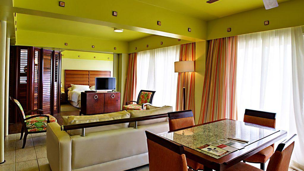 Suíte Standard Tripla com cama casal e televisão, detalhes da entre sala