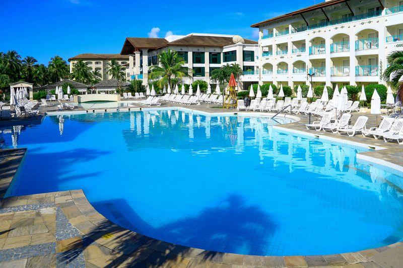Piscina Sauípe Resorts conta com espreguiçadeiras e guarda sóis para melhor atende-lo