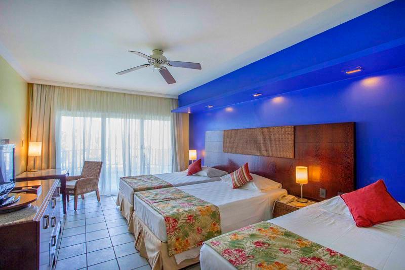 Quarto cama casal com detalhes em azul